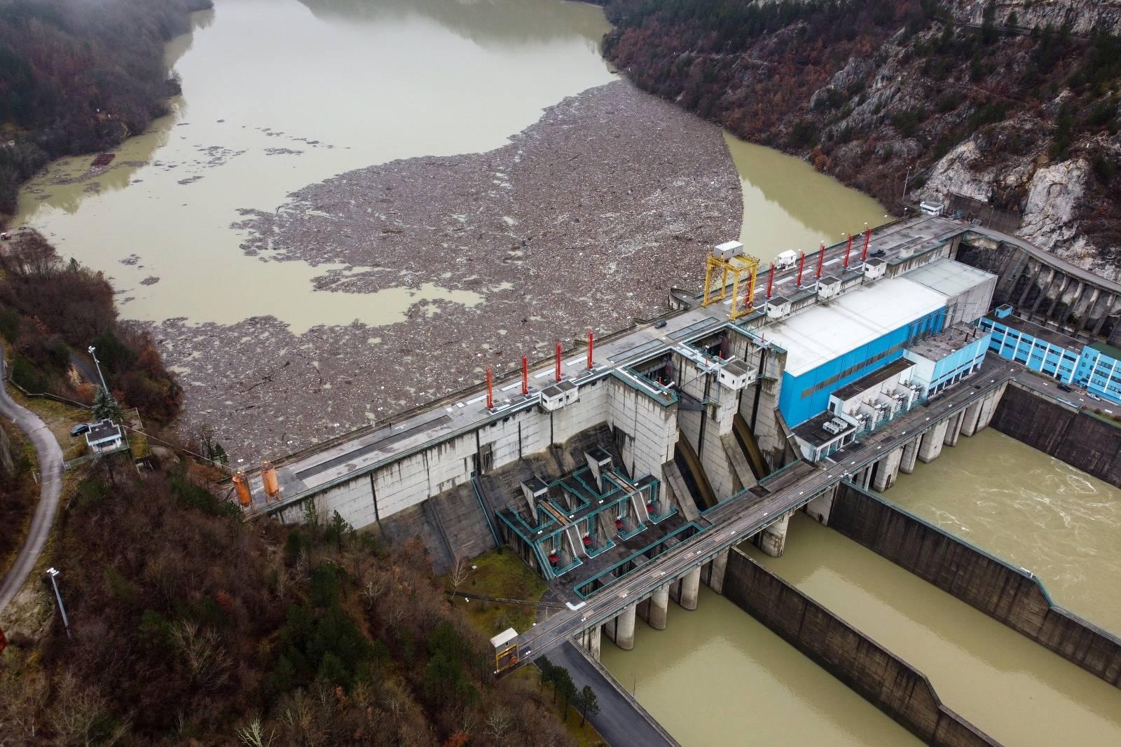 Pogled iz zraka na tisuće kubika otpada koji je zagadilo rijeku Drinu