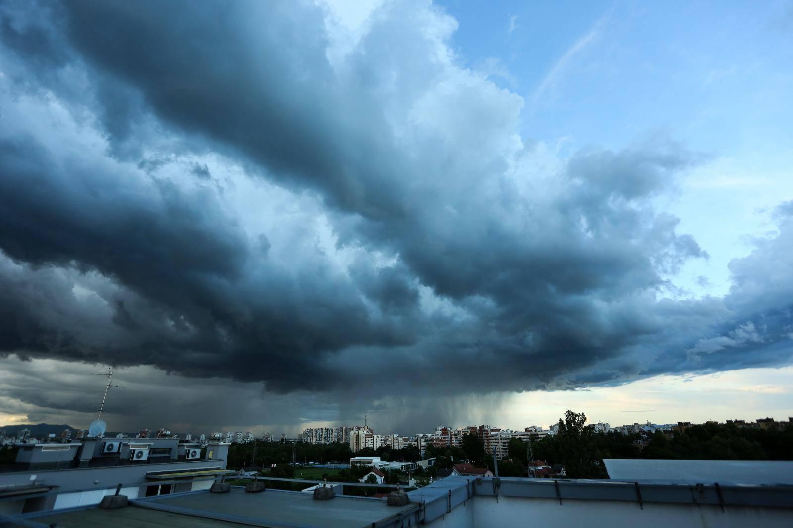 Olujni oblaci nad Zagrebom
