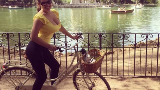 Kelly si snima grudi dok vozi bicikl, a zaboravila je grudnjak