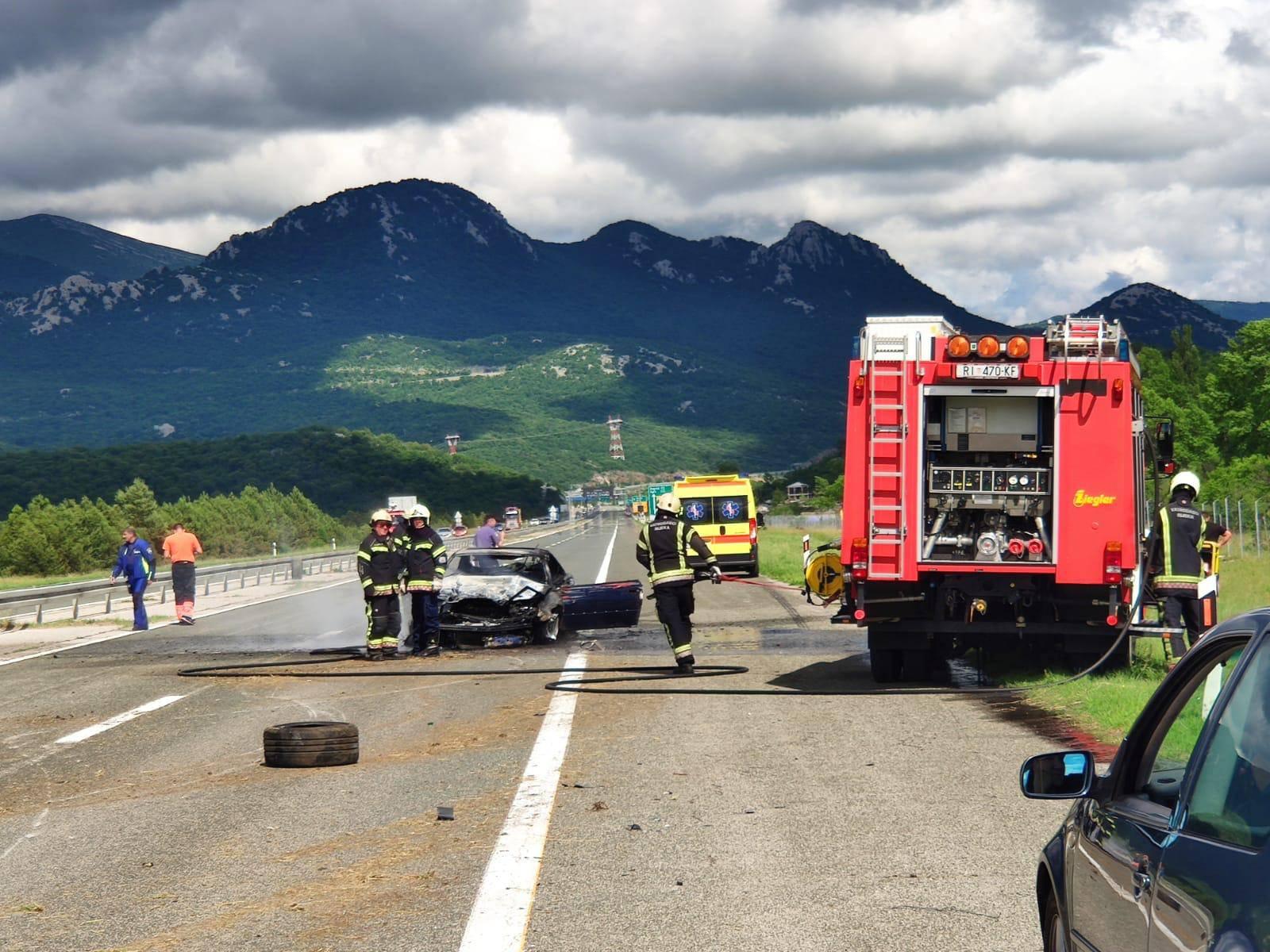 Auto se zabio u ogradu pa zapalio: Vozač u zadnji tren uspio izaći iz vozila