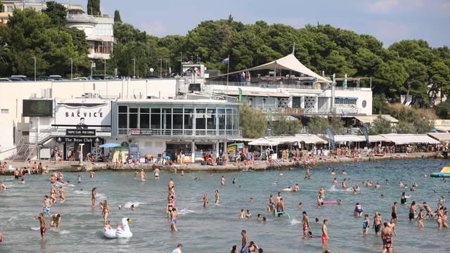 Split: Brojni kupači na Bačvicama potražili osvježenje od visokih 35 stupnjeva Celzijevih