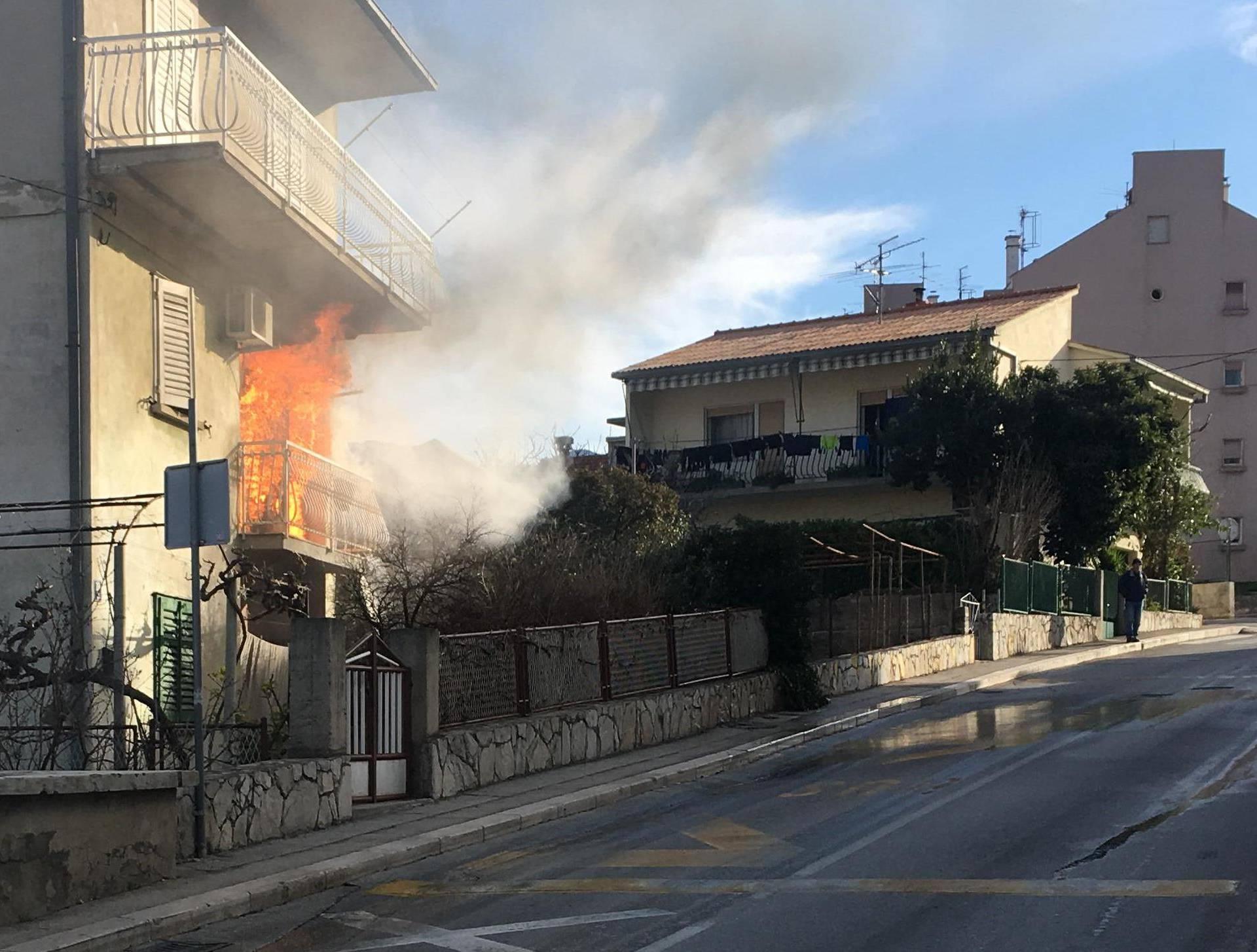 Izbio je požar u kući u Solinu: 'Žena je izašla van na vrijeme'