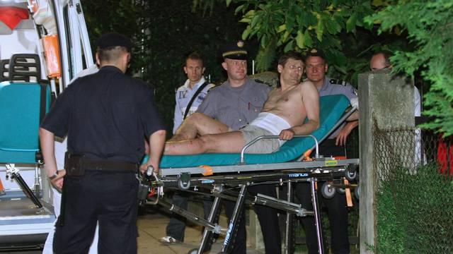 Našmrkan i u gaćama odvjetnik je s krova kuće vikao: 'Iza svega stoje Ivo Sanader i Stipe Mesić!'