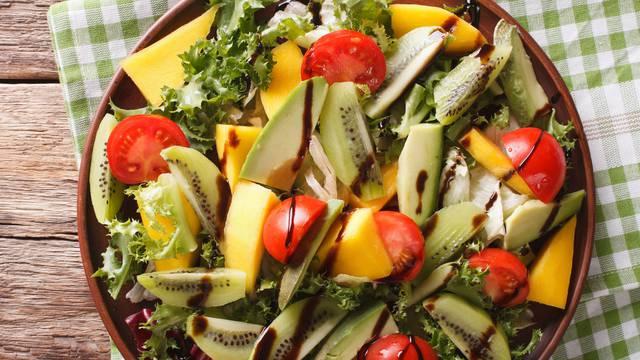 Za ljeto: Osvježavajuća salata s rajčicama, mangom i avokadom