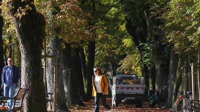 Jesenske boje u Karlovcu: Djeca i odrasli uživali u šetnji parkom