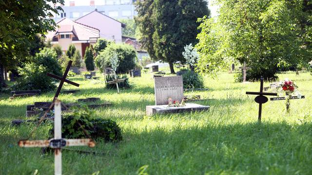 Oko grobova mrtvih pacijenata mladi se opijaju i rade tulume
