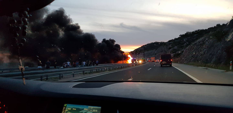 Gorio autobus na autocesti A1: 'Bilo je strašno, eksplodiralo je'