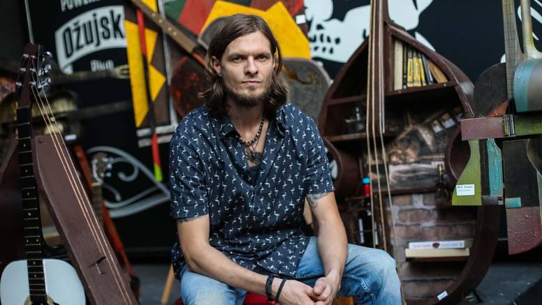 Rock & roll detektiv: Uhićuje moćnike, svira solo gitaru u bandu i izrađuje skulpture
