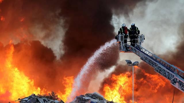 Zagreb: Vatrogasci se bore s velikim požarom u reciklažnom dvorištu Jakuševac