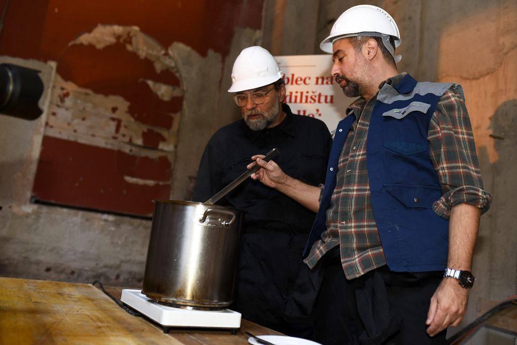 Enes Vejzović i Filip Šovagović kuhali grah, gosti nosili kacige
