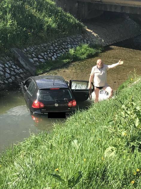 Stavio auto u krivu brzinu pa završio u zagrebačkom potoku