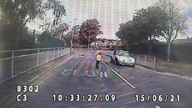 Prestravljena majka na kameri gledala kako joj autistični sin trčkara po prometnoj cesti