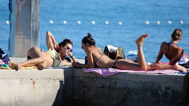 Posljednji trzaji sezone: Plaža u Vodicama puna kao usred ljeta