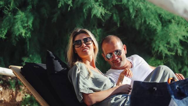 Vanja Halilović i Frane Barbieri u 'intimnim' trenucima na obali