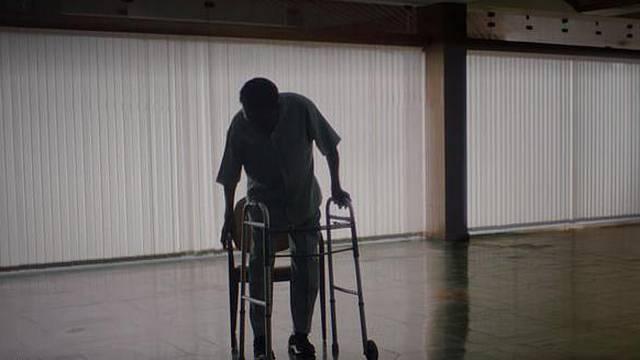 Šokantne snimke: Legendarni Pele jedva se kreće s hodalicom