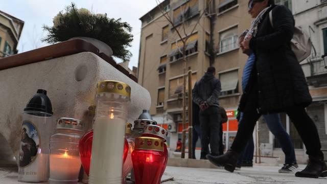 Split: Lampioni i cvijeće na trgu na Šperunu kao podsjetnik na trostruko ubojstvo