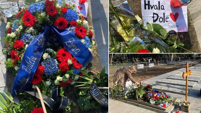 Ovdje počiva Balašević: Cvijeće i poruke mu ostavljaju u suzama