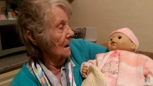Opet se smije: Žena misli da joj je lutka unuka pa brine o njoj