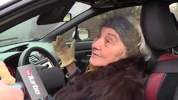 Zaluđena autima: Vremešna bakica obožava svoj Subaru