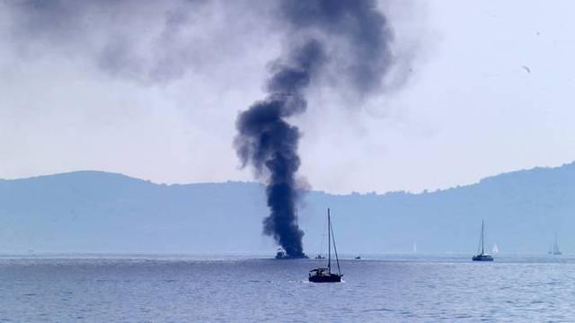 Muškarac preminuo u požaru jedrilice.  Izgorio i automobil, policija istražuje povezanost