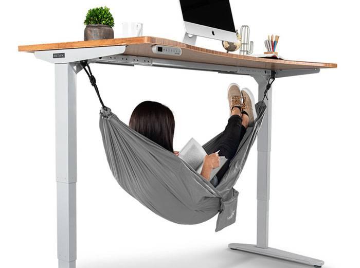 Na poslu nemate gdje drijemati u miru? Zašto ne ispod stola...
