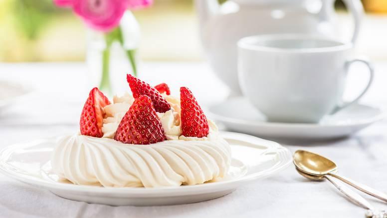 Mini Pavlova s jagodama - brz i prefin desert za sve prigode