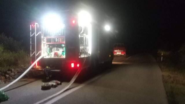 Vatrogasci će probdjeti noć: Požar kod Muća nije lokaliziran