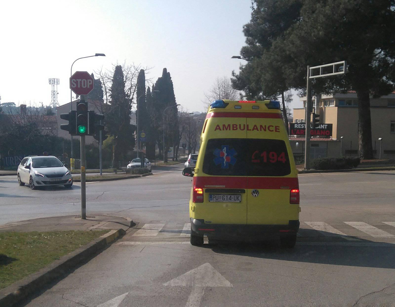 Električnim biciklom zabio se u auto, muškarac teško ozlijeđen