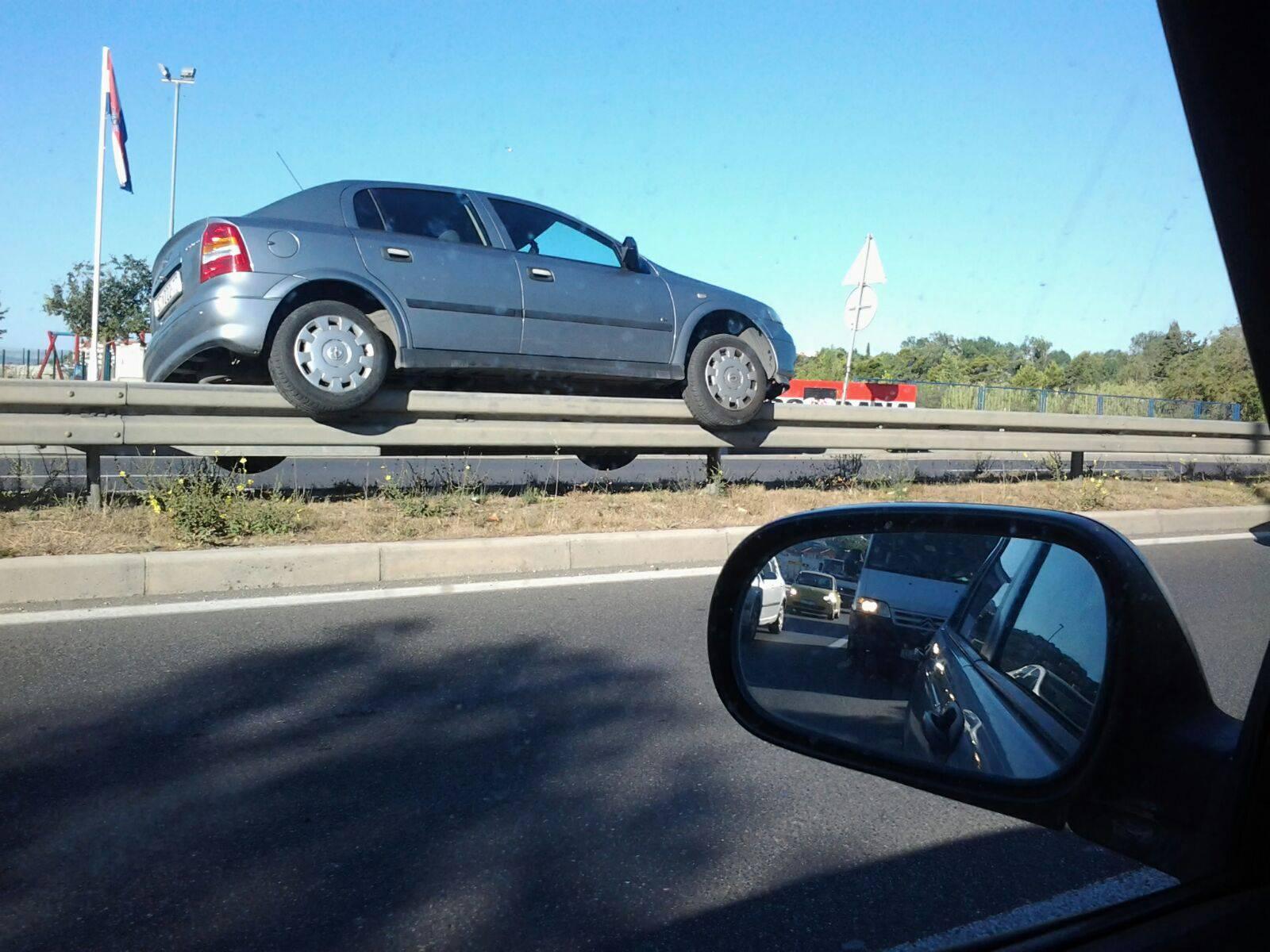 Kako je ovo izvela? 'Parkirala' automobil na zaštitnu ogradu