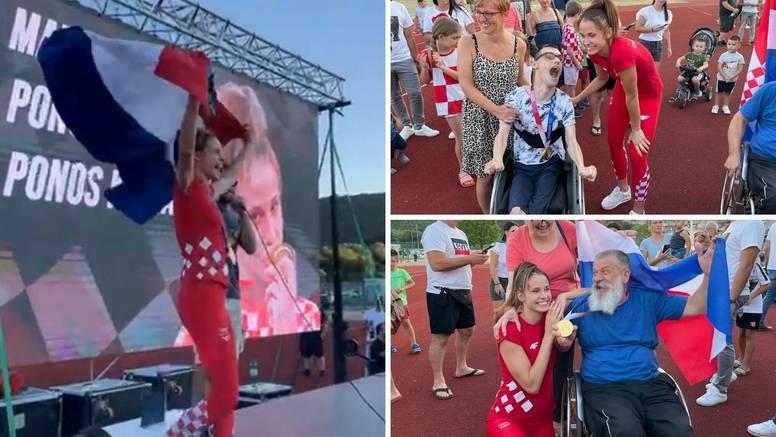 Knin dočekao Jelić: 'Oprostite što ne znam pjevati, volim vas sve i hvala što ste tu uz mene'