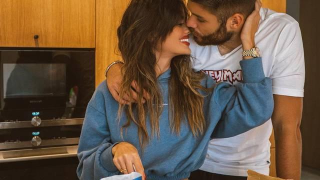 Ćaleta-Car i djevojka bacili su se na kuhanje, a 'pao' je i poljubac