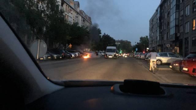 Crni dim širio se Malešnicom, prolaznici ugasili zapaljeni auto