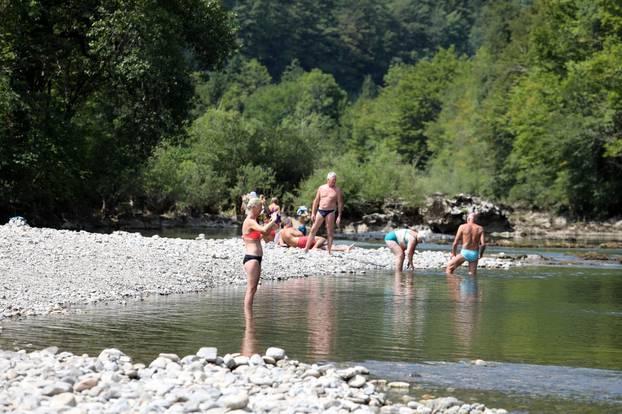 Brod na Kupi: Izletnici potražili osvježenje od ljetnih vrućina na rijeci Kupi u Gorskom kotaru
