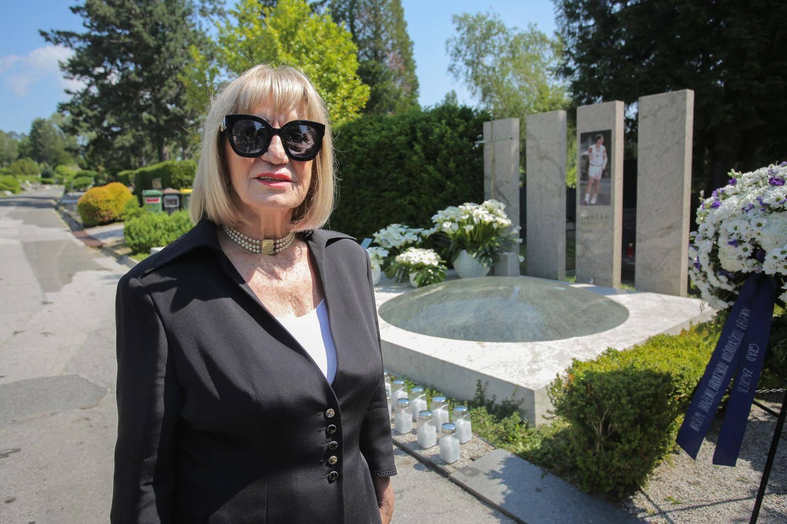 Zagreb: Na grobu Dražena Petrovića obilježena njegova 26. godišnjica smrti