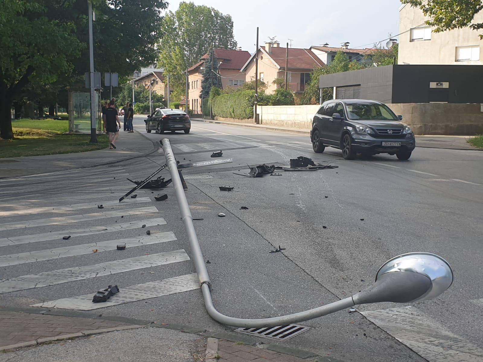 Zagreb: Autom je udario u stup