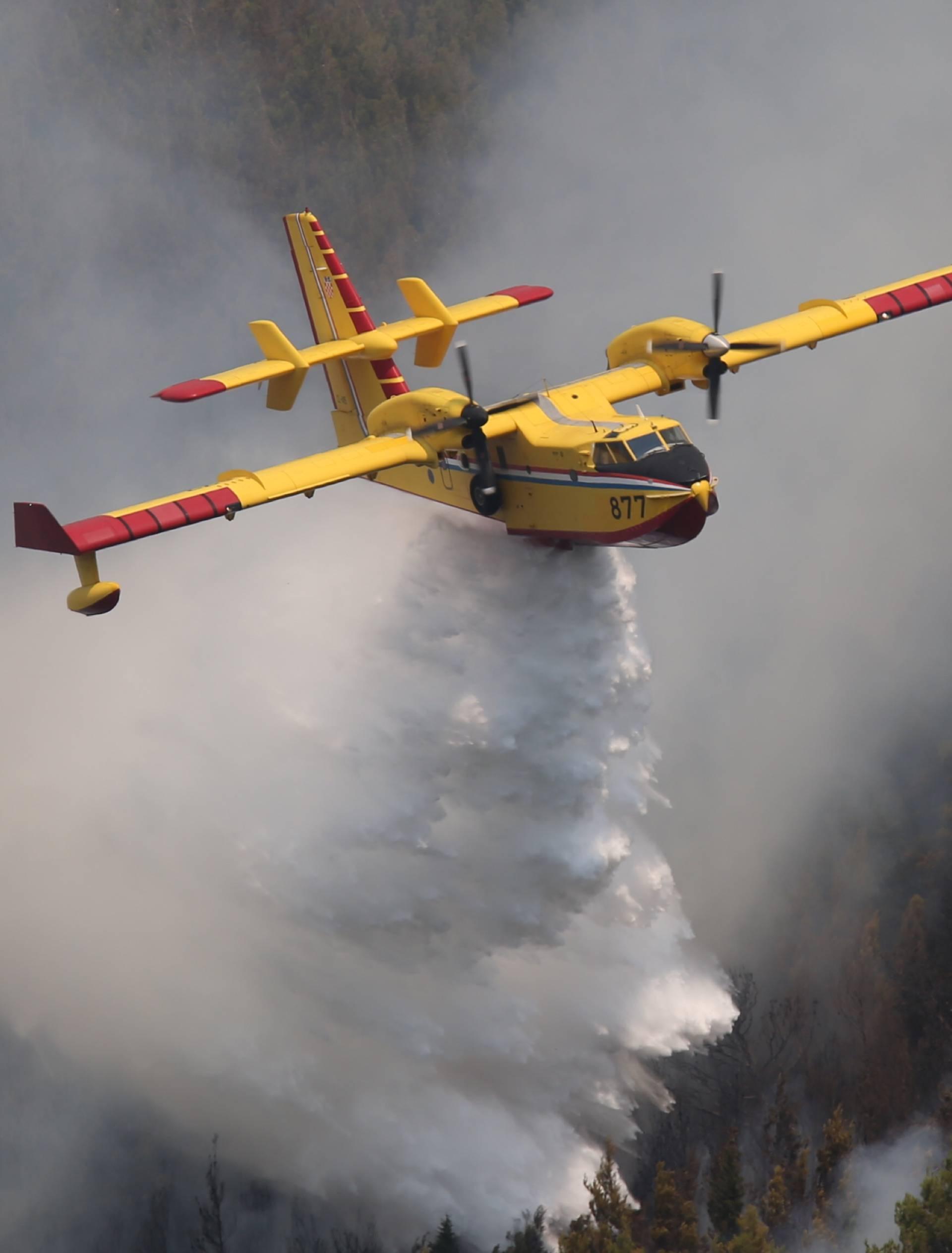Još gori kod Tučepa i Podgore, ali je vatra pod kontrolom...