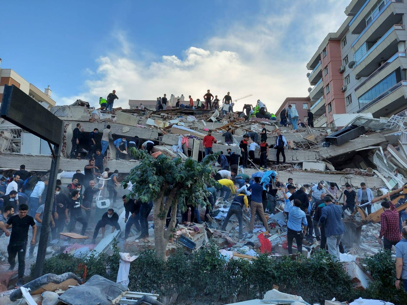 Locals and officials search for survivers at a collapsed building in Izmir