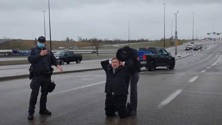 VIDEO Policajcima vikao da su nacisti, kanadskog pastora na ulici uhitili zbog kršenja mjera