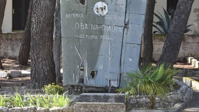 """Rogoznica: U vojarni Zvečevo izložen komad krila srušenog aviona poznatog po uskliku """"Obadva, oba su pala"""""""