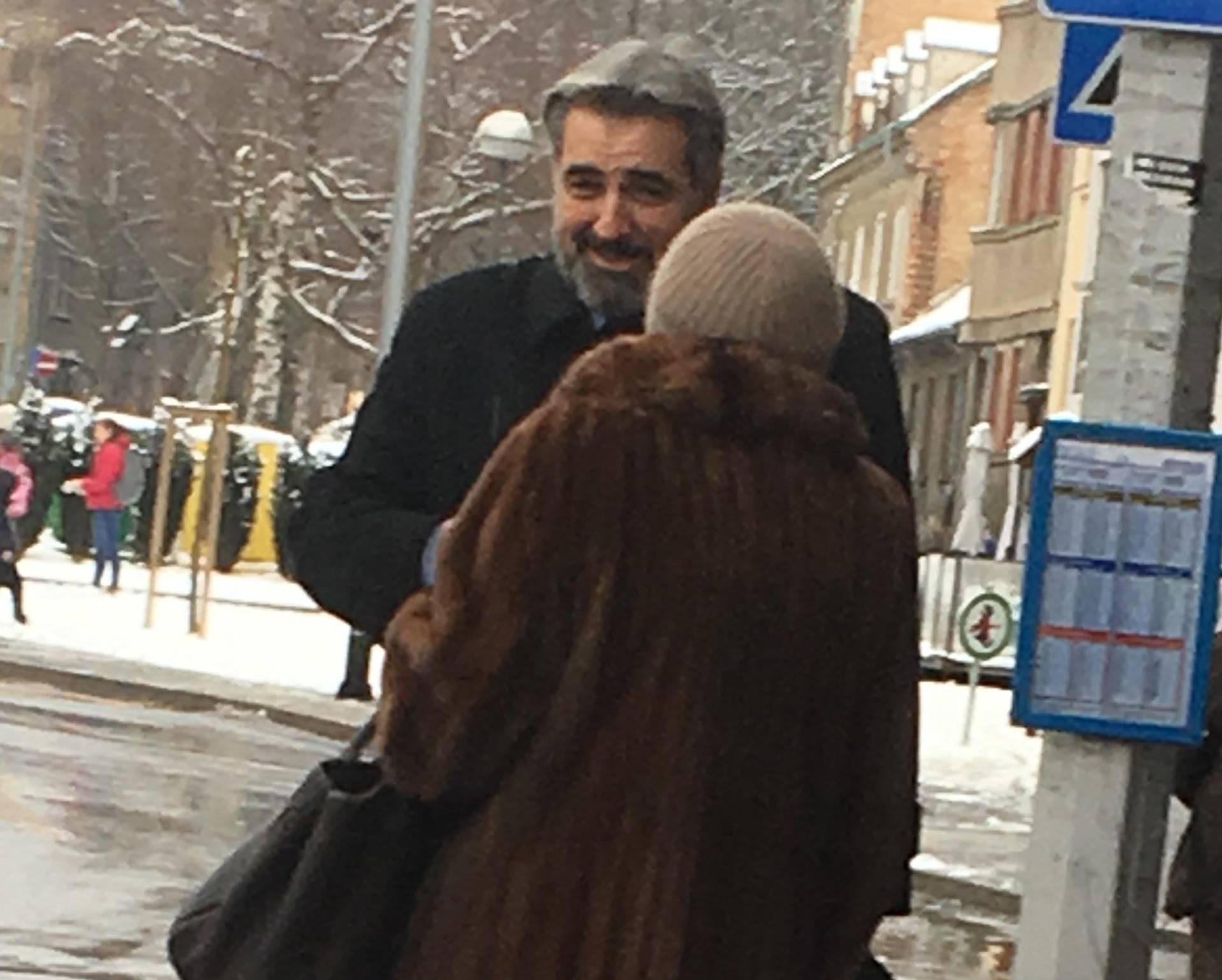 Sijede kose, zarastao u bradu: Nadan je strpljivo čekao bus...