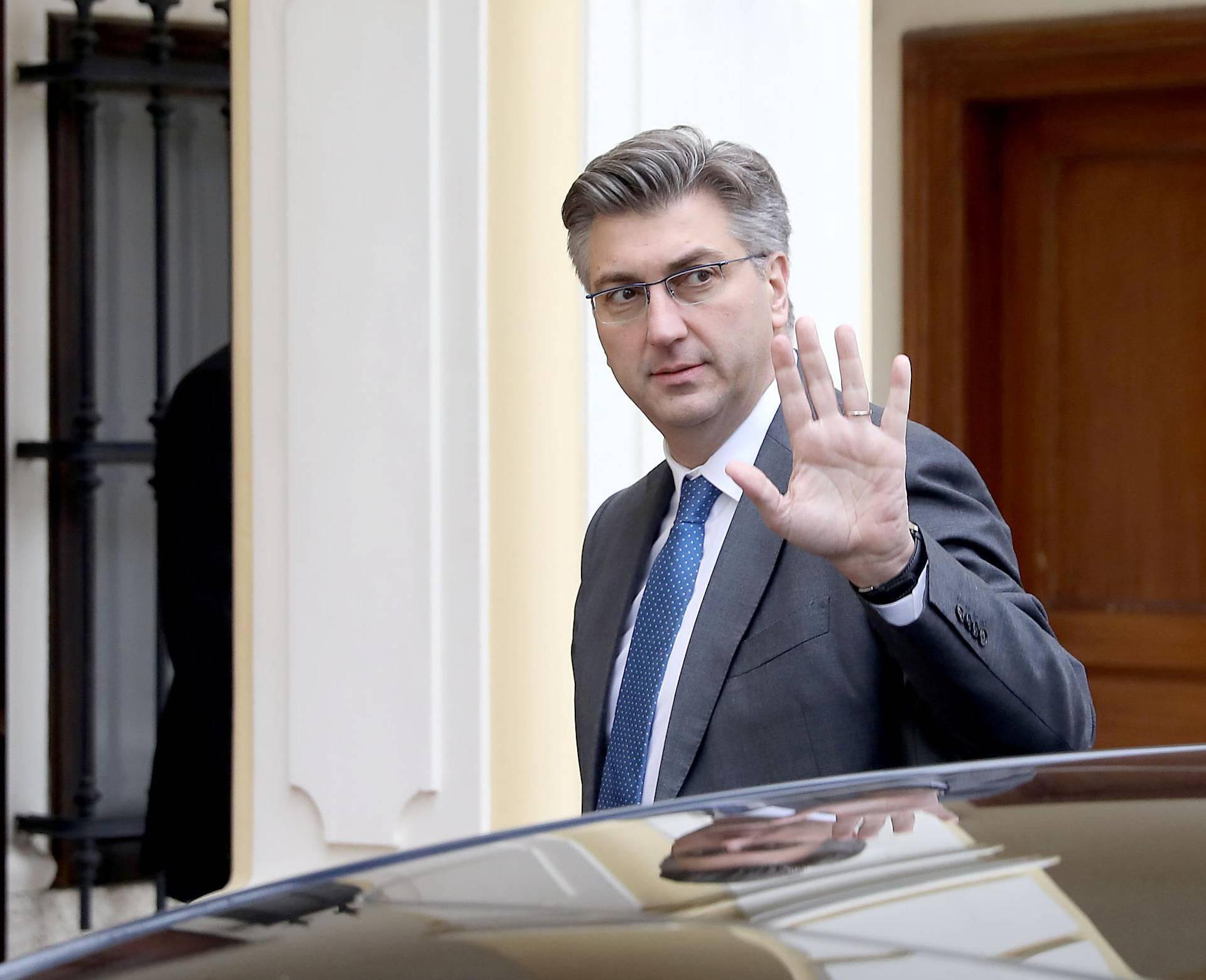 Zagreb: Predsjednik Vlade RH Andrej Plenković izlazi iz automobila ispred rezidencije u Visokoj