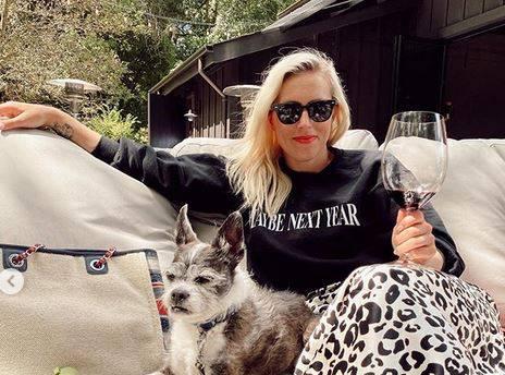 Caroline Juen spaja satensku suknju sa sportivo majicama