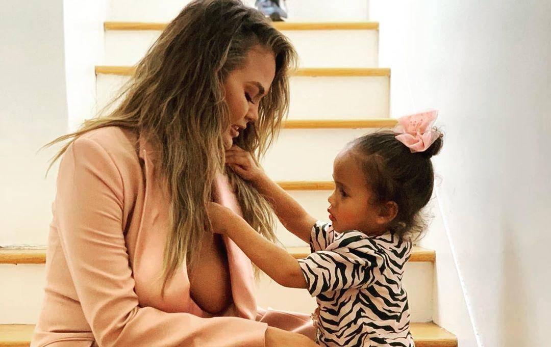 Chrissy Teigen izvrijeđali zbog dojke: Pokrij se, kći je kraj tebe