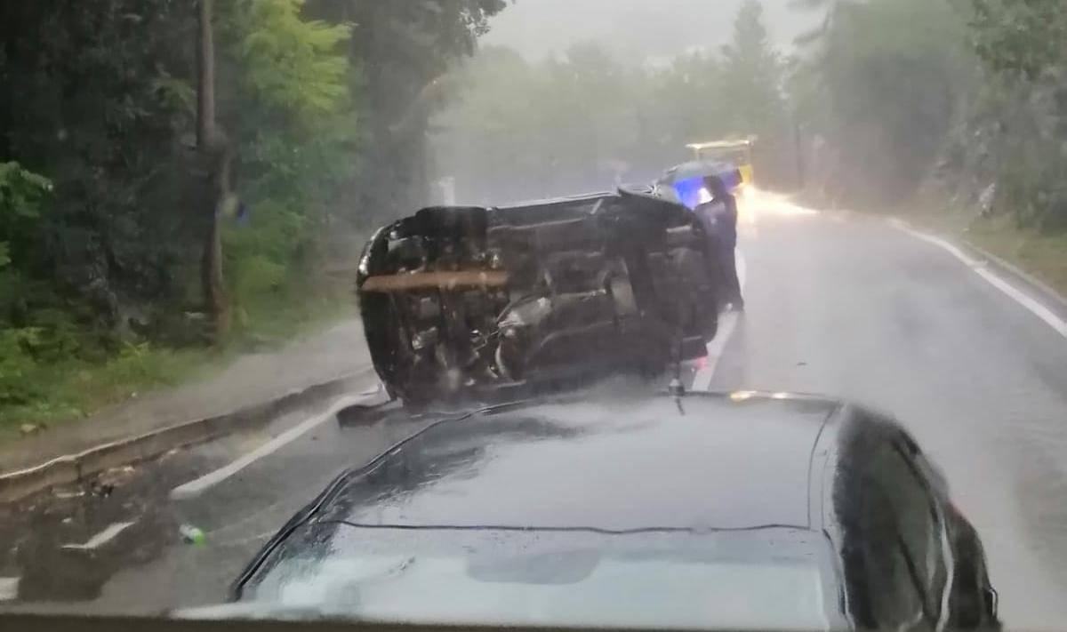 Na kišovitoj cesti prema Orehovici: Auto završio na boku, policija obavlja očevid