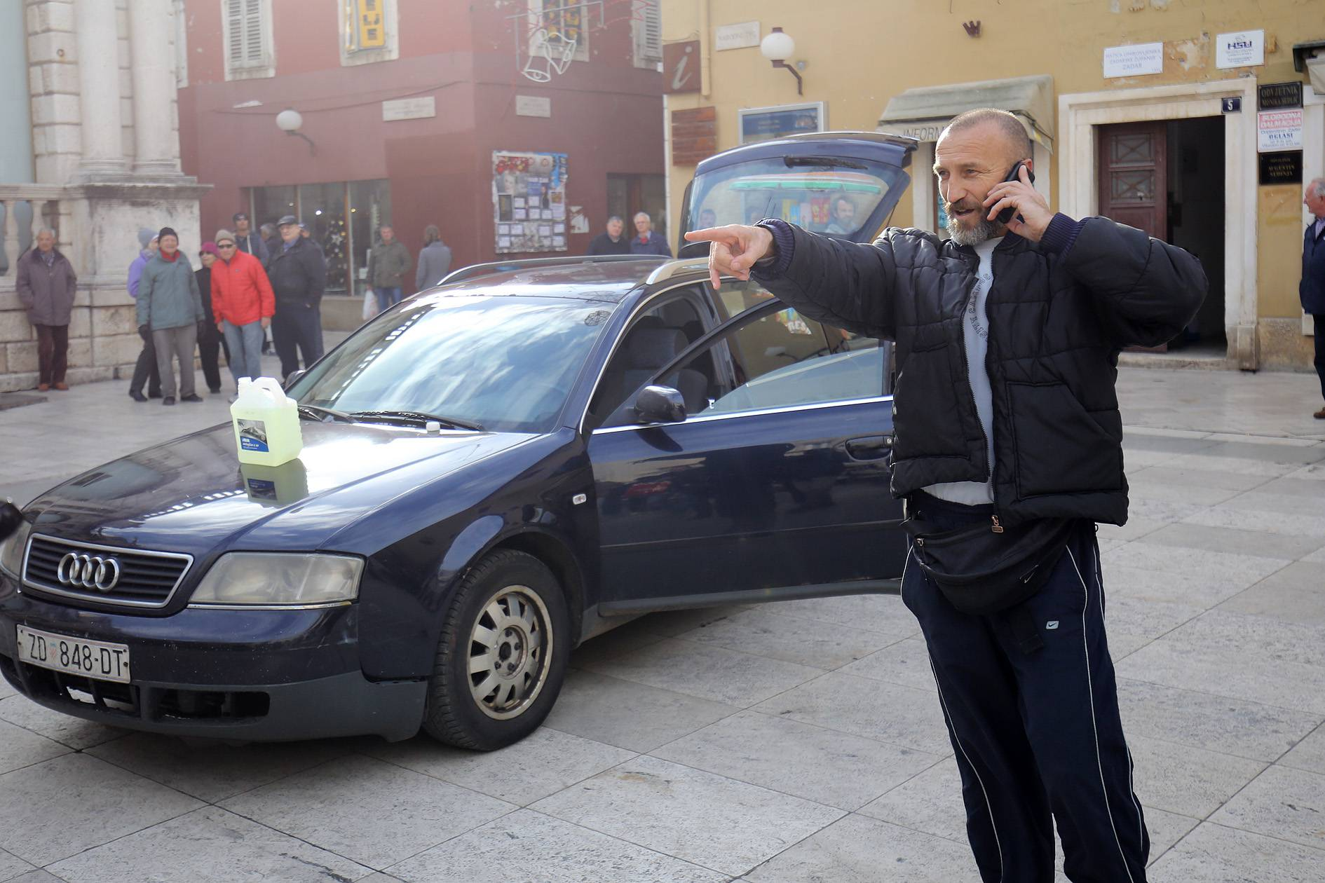 'Dužan sam, ali i meni duguju': Htio se zapaliti u centru Zadra