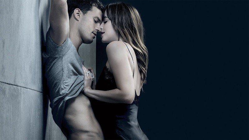 Snimanje scena seksa: Stavljaju mokru spužvu među noge i piju
