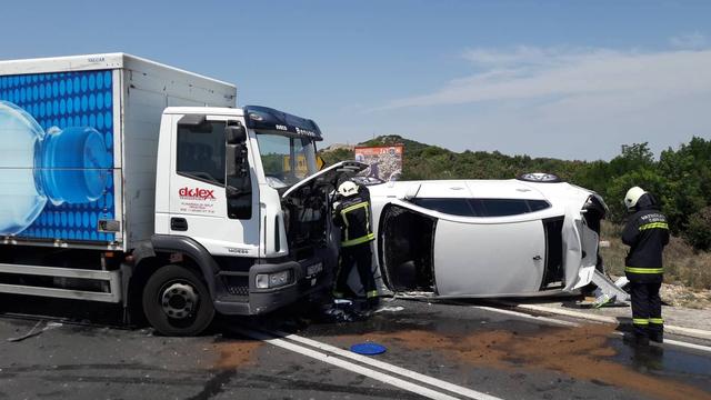 Sudarila su se tri auta i kamion na mostu: Dvoje ozlijeđenih