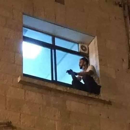 Prizor koji slama srca: Danima se penjao do prozora bolnice i  gledao kako mu majka umire...