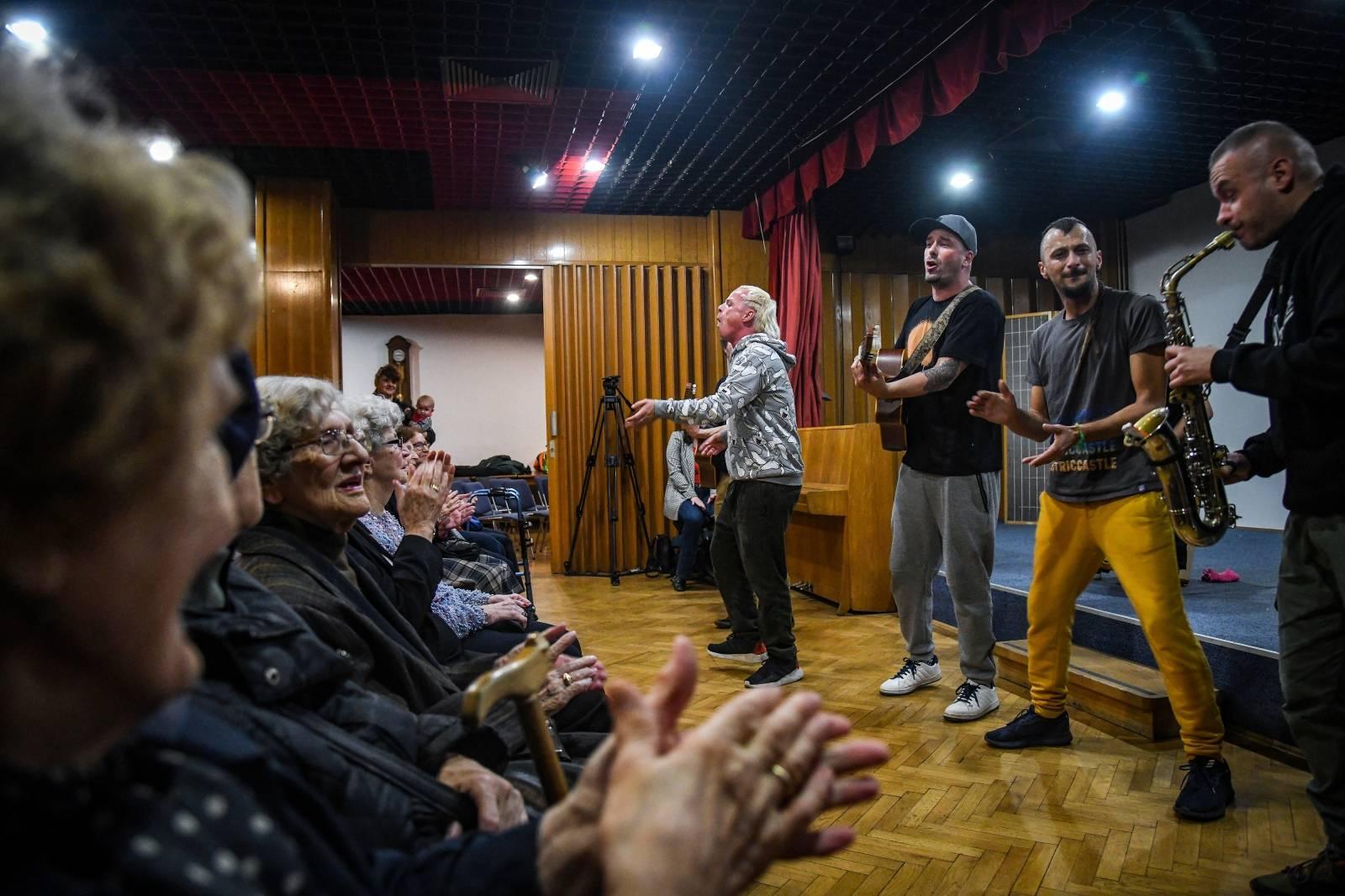 Zagreb: Koncert Dubioze Kolektiv u domu umirovljenika