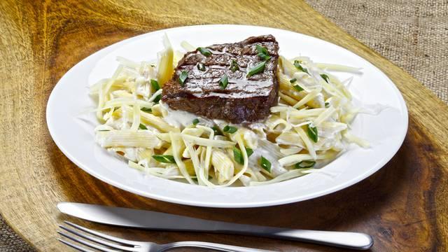 Sočan goveđi odrezak s lukom po receptu naših baka - jele su ga uz tjesteninu ili varivo